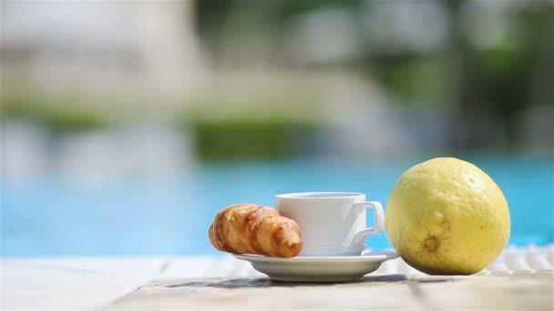 Finom reggeli citrom, kávé, croissant a medence mellett