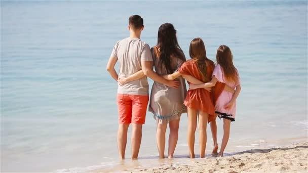 Boldog család-val kids együtt a strandon