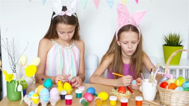 Boldog húsvétot! Gyönyörű kisgyerekek, akik nyuszifület viselnek húsvét napján..