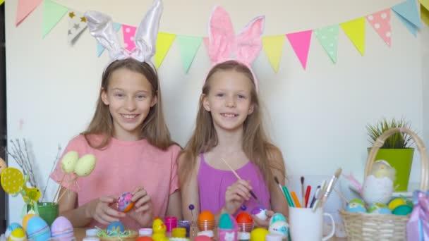 Veselé Velikonoce. Krásné malé děti nosí králičí uši o Velikonočním dni.