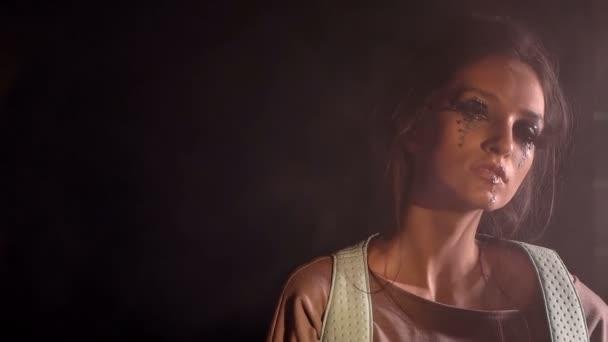 Módní dívka pózuje v kouři