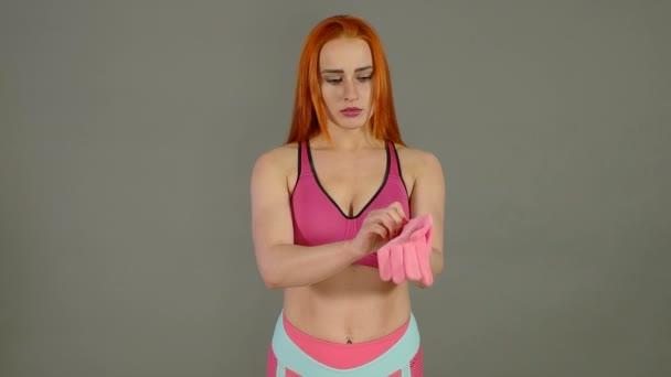 Krásná dívka s červenými vlasy šaty růžové rukavice
