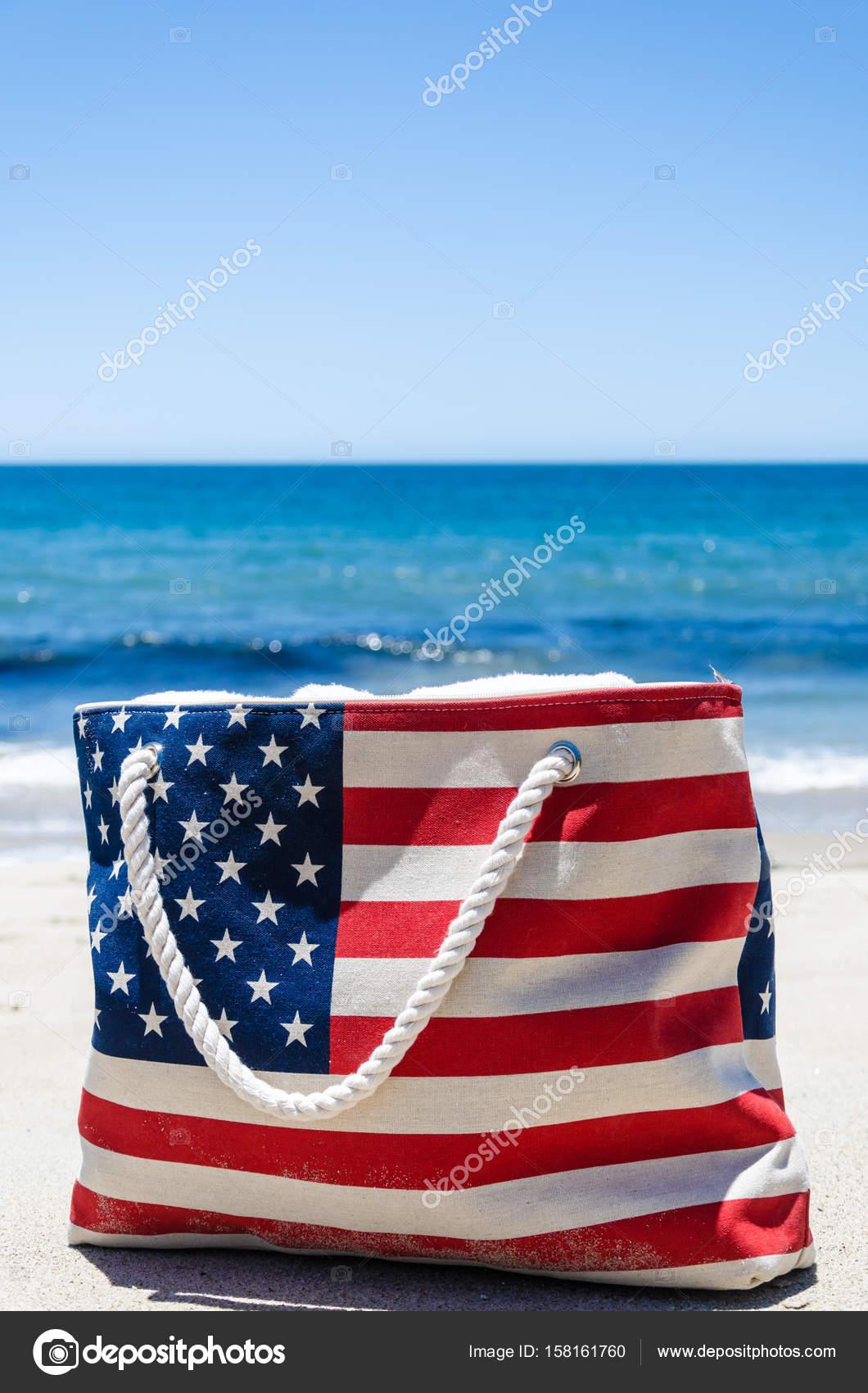 Borsa con i colori della bandiera americana vicino oceano ...