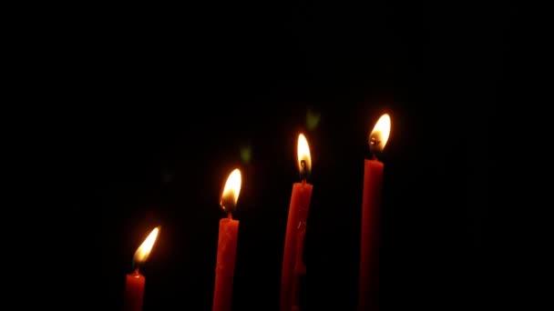 Nachts brannte Kerzenlicht. Brennende Kerzen auf schwarzem Hintergrund. Konzept des abstrakten Hintergrunds.