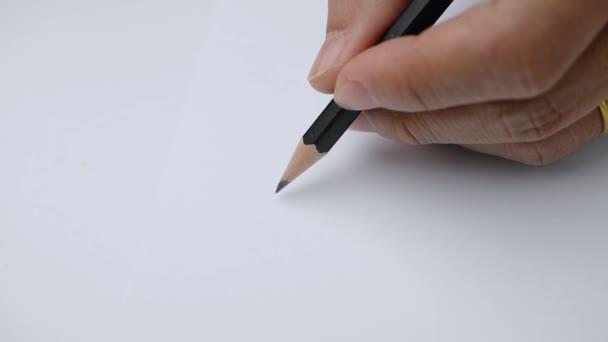 Művész kezét rajz egy sík vonal egy fekete ceruza a papíron.