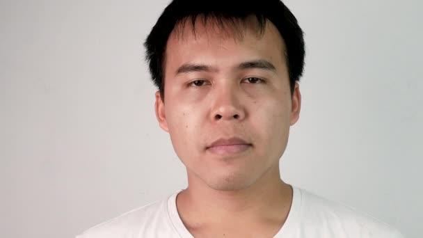 Detailní záběr tvář ospalý a zívl mladý muž na bílém pozadí.