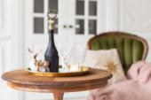 Fényes közelkép a Chamoagne üveg áll az asztalon mellett zöld karosszék