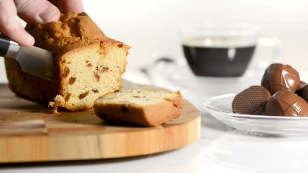 mannelijke taart Mannelijke handen snijden taart met rozijnen op een snijplank een  mannelijke taart