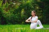 krásná mladá žena, která dělá jóga cvičení venku