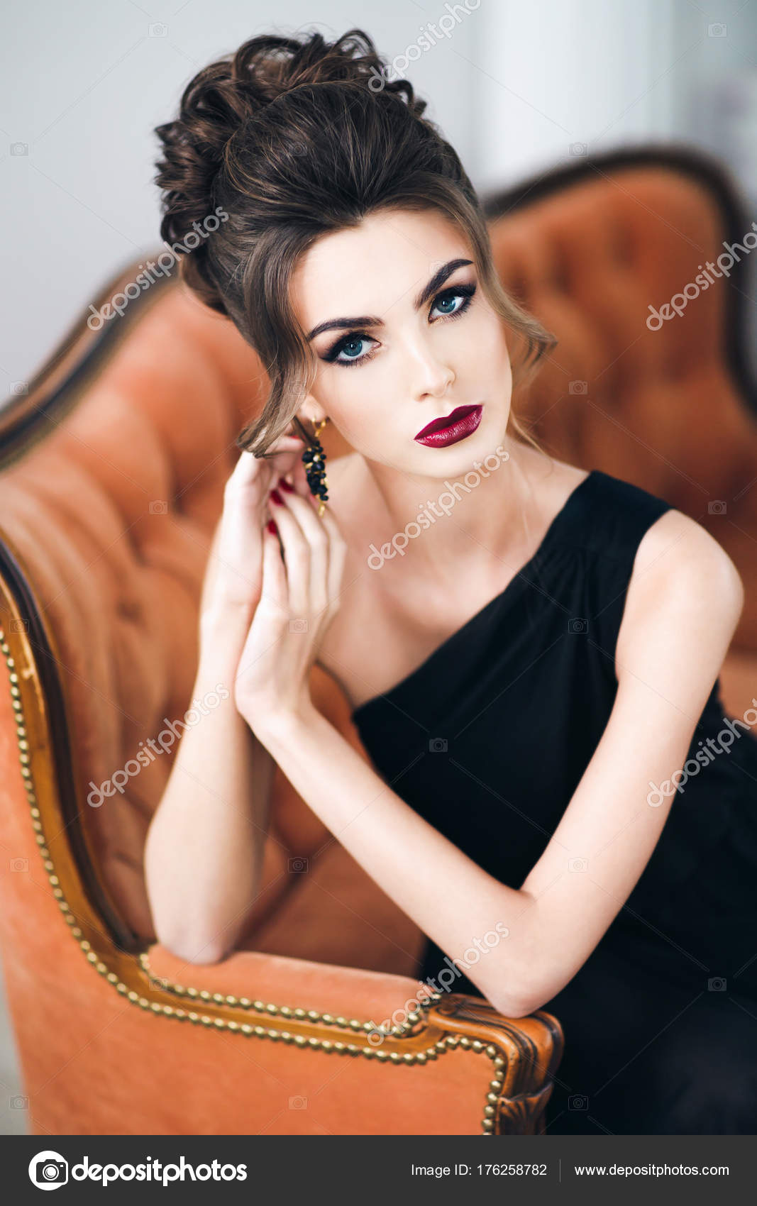 Belle Femme Avec Une Coiffure Elegante Robe Noire Assis Sur