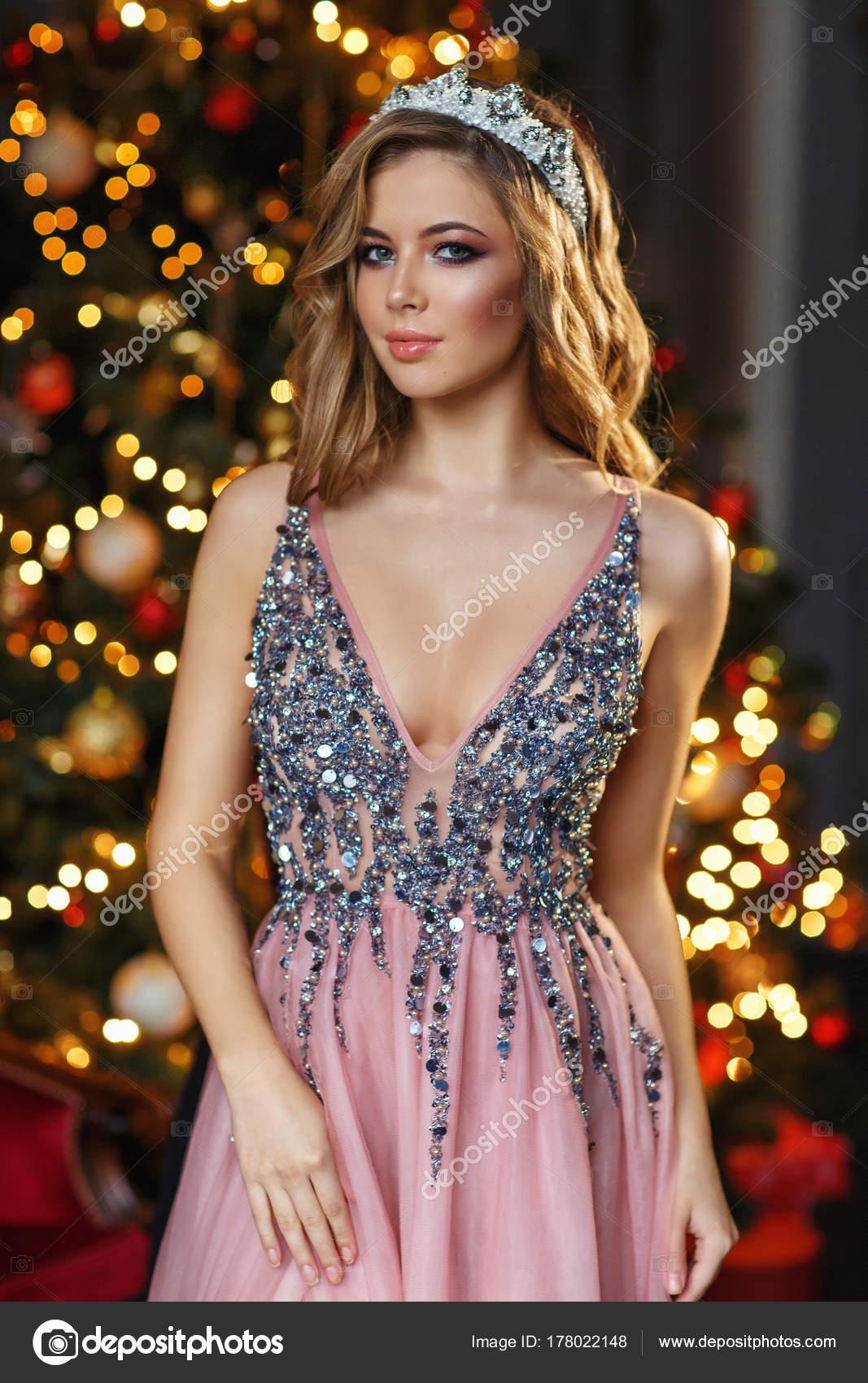 fd474460 Piękna Dziewczyna Różowa Sukienka Cekinami Korony Patrząc Kamery ...