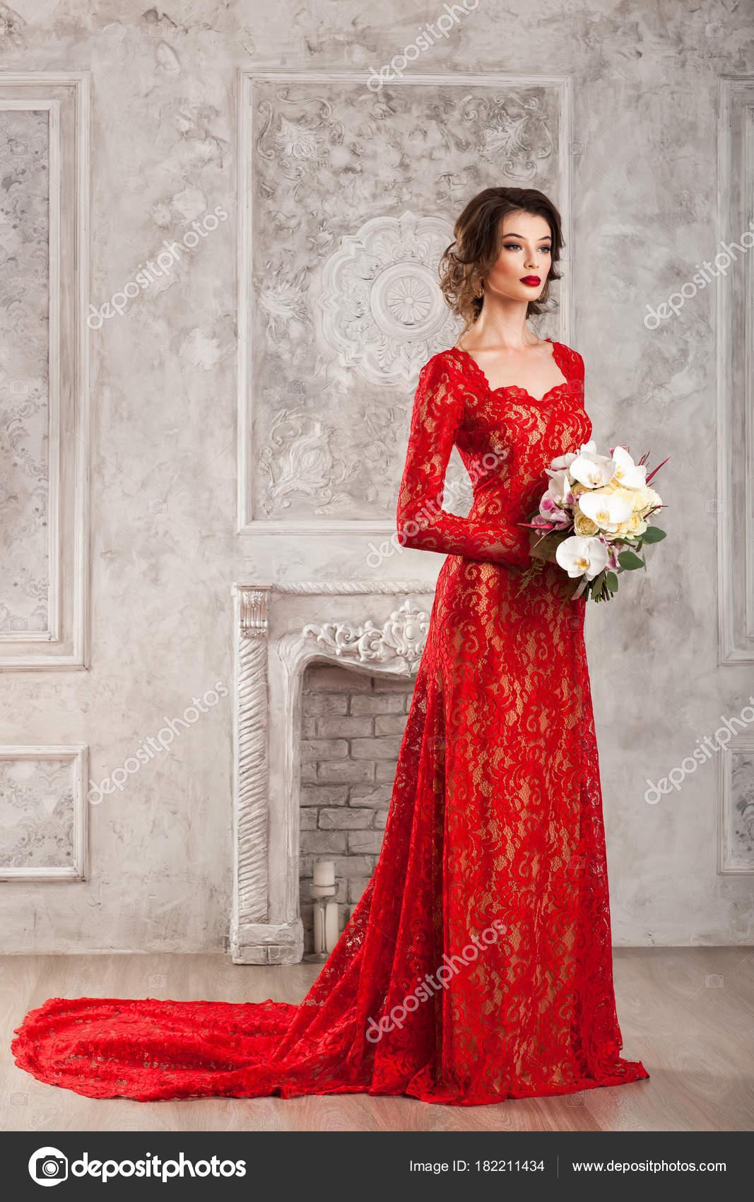 Hermosa Mujer Joven Elegante Vestido Rojo Encaje Con Ramo