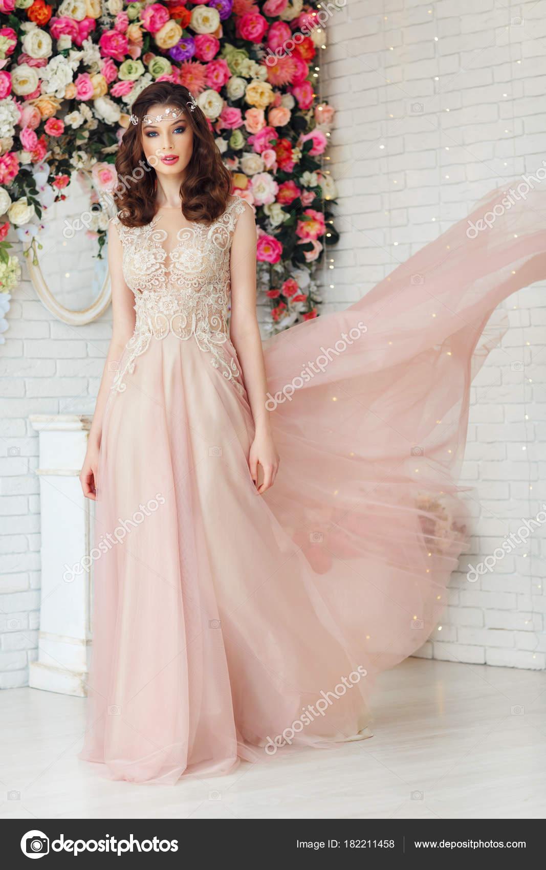 Hermosa Mujer Joven Con Pelo Rizado Encaje Elegante Vestido Posando ...