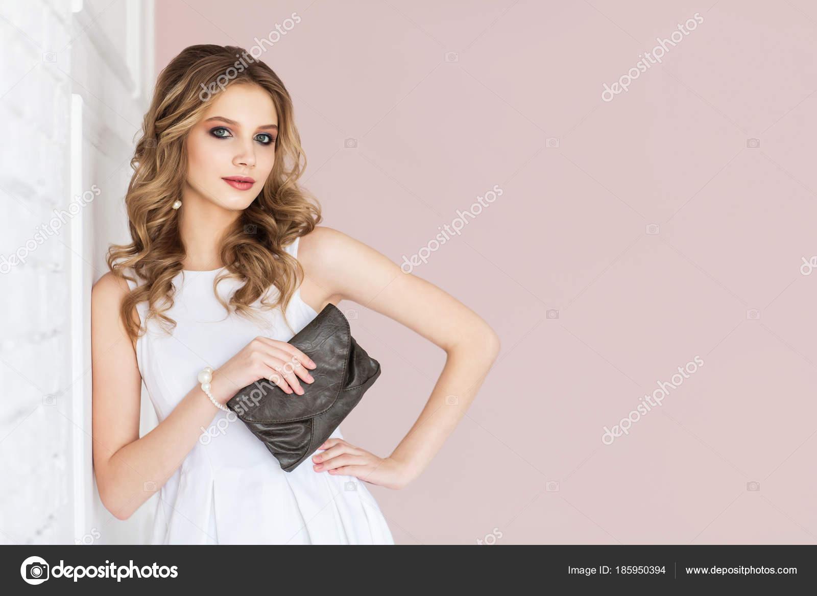 Portrét Mladé Blond Ženy Vlnité Vlasy Sobě Bílé Šaty Držení — Stock ... 26e2eb74b03