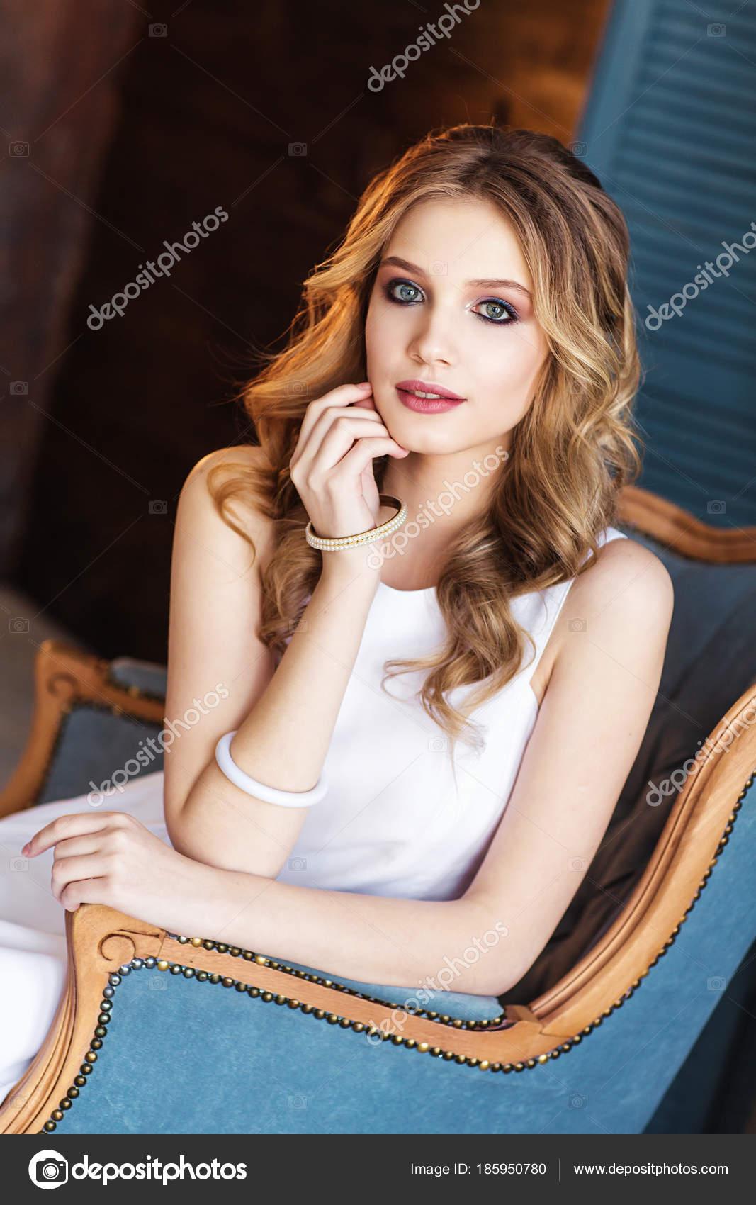 Молодая блондинка в платье