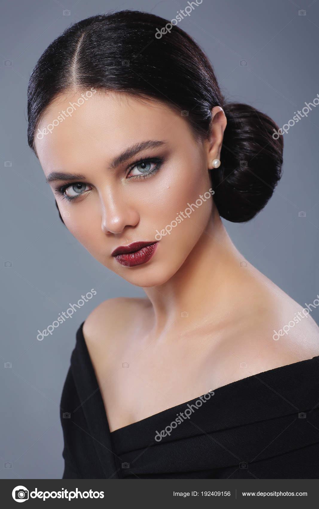 Mujer Hermosa Joven Con Maquillaje Moda Vestido Negro Foto