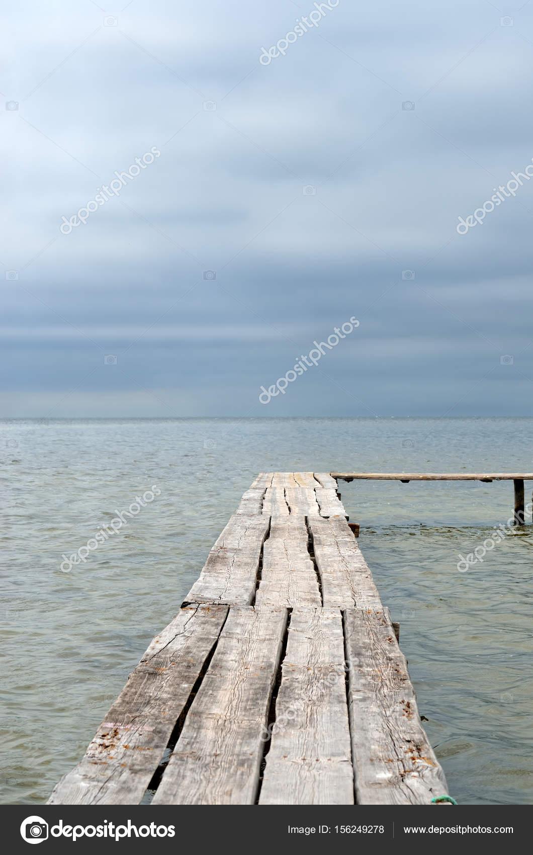 Hölzerne Verlegung Auf Einem Hintergrund Des Blauen Meeres. Promenade Pier  Am Strand U2014 Stockfoto
