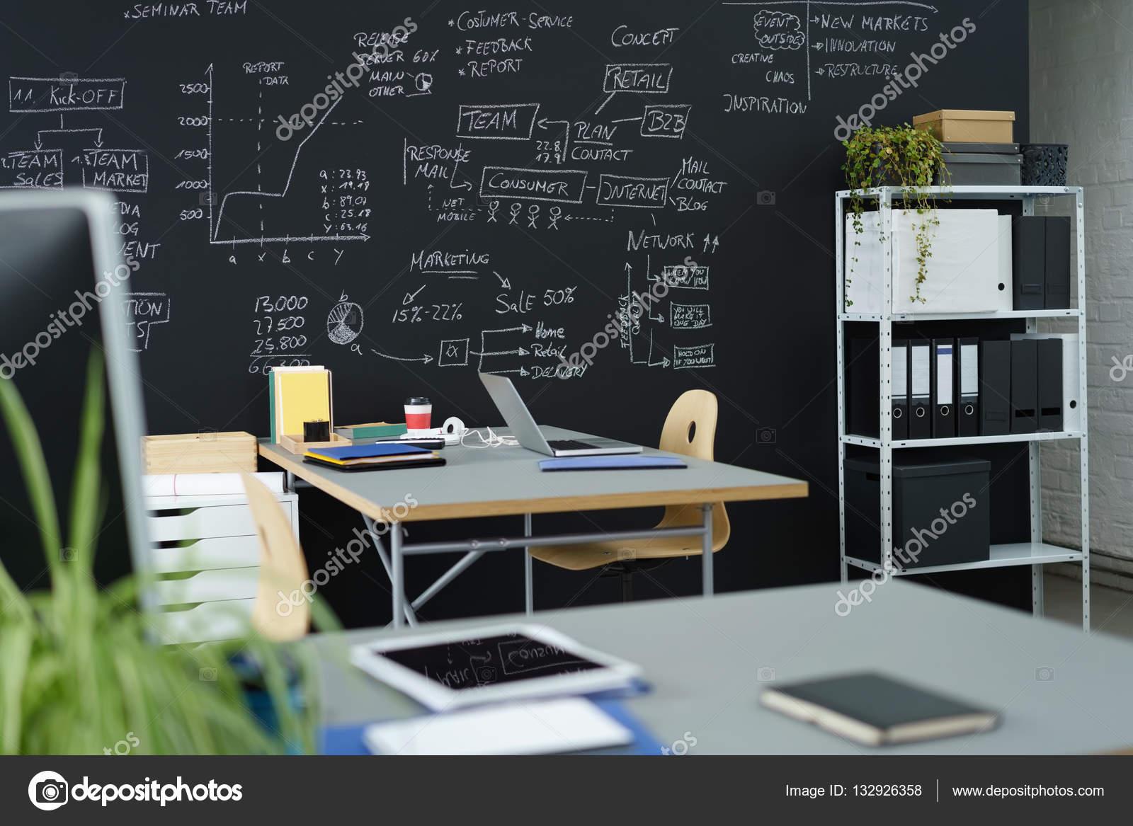 Bureau moderne avec un mur noir u2014 photographie racorn © #132926358