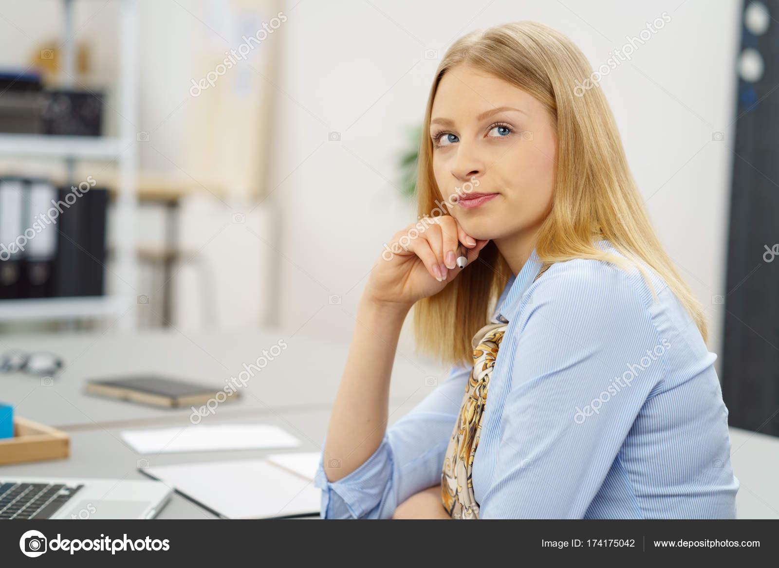 Блондинку молодую на столе