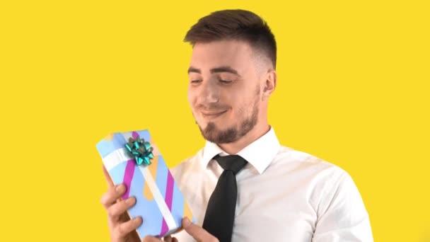 Pretty Man ing és nyakkendő bemutatja doboz ajándék egy sárga háttér