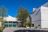Gemeinde Germering, Landkreis Fürstenfeldbruck, Oberbayern, Deutschland: Hauptgebäude des Max-Born-Gymnasiums mit Innenhof.