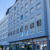 Gemeinde Germering, Landkreis Fürstenfeldbruck, Oberbayern, Deutschland: Nahaufnahme des Rathaushauptgebäudes, Rathaus (rathaus))