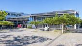 Gemeinde Germering, Landkreis Fürstenfeldbruck, Oberbayern, Deutschland: Eingang zum Hauptgebäude des Rathauses (Stadthalle))