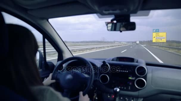 žena jedoucím autě