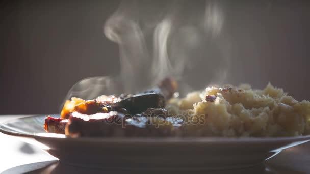 Maso s brambory na stole