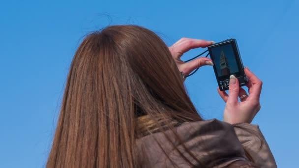 Mädchen nehmen Bild des Turms hautnah