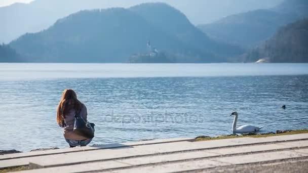 Személy csatlakozott a fehér hattyú tó
