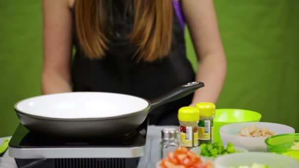 Köchin bereiten gesundes Gericht