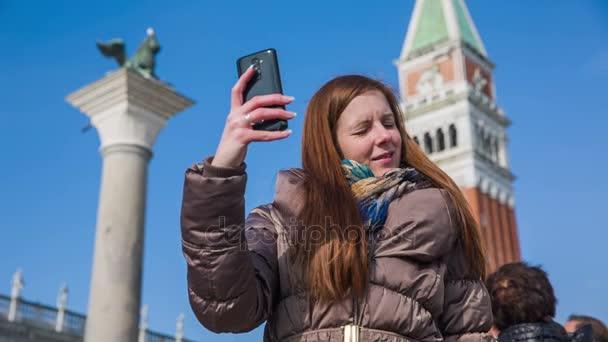 Frau fotografieren Selfie am Piazza San Marco