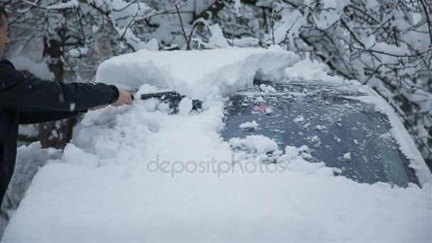 Odstranění sněhu z čelního skla automobilu