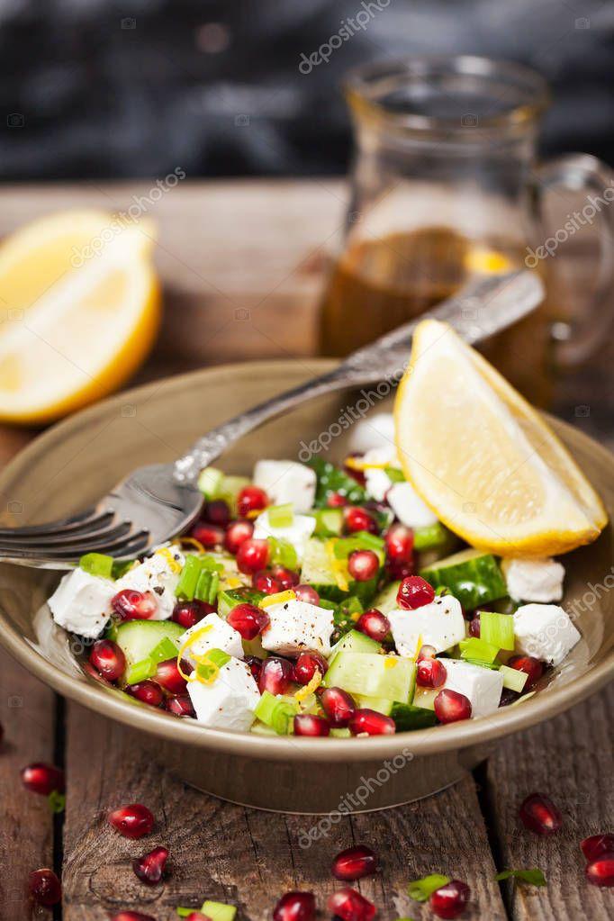 Frischer grüner Salat mit Granatapfel Samen, Gurke und Feta che ...