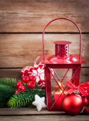 Vánoční čas červený latern s svíce světlo a prázdninové dekora