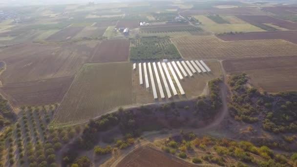 Légi felvétel napelemes erőműről. Az alternatív energia koncepciójának és az energiamegtakarításnak a légi áttekintése.