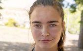 nyáron egy mosolygó fiatal nő portréja