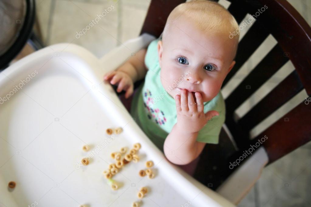 Kinderstoel Baby 6 Maanden.6 Maanden Oude Baby In Kinderstoel Ontbijtgranen Eten Stockfoto
