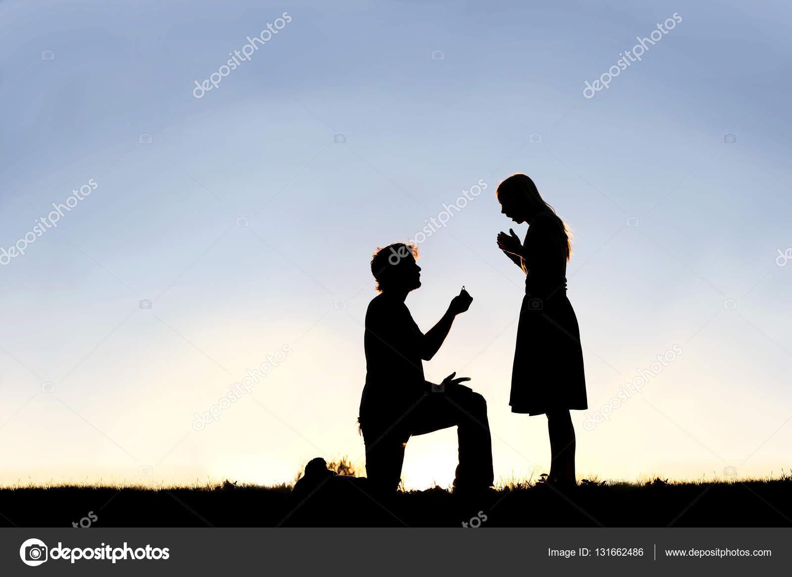 Silueta Hombre Y Mujer: Silueta De Hombre Joven Con Anillo De Compromiso Propone A