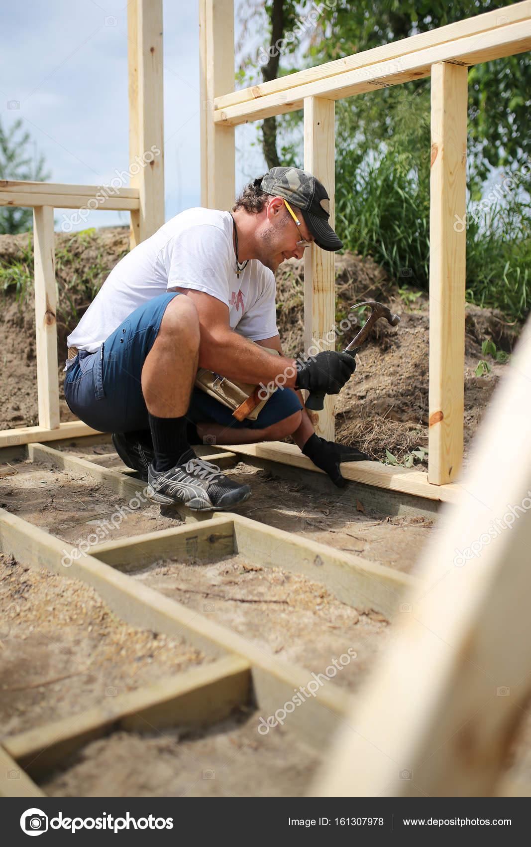 Tischler Man Gebäude Rahmen und Boden für Garten-Schuppen ...