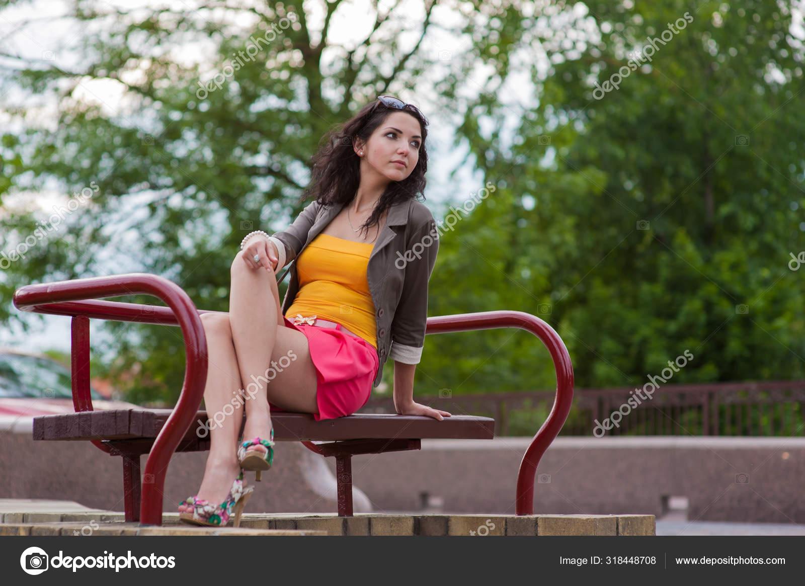 Belle jeune femme dans un parc — Photographie arkusha