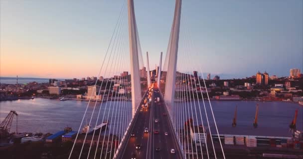 Letecký statický pohled na Golden Bridge s řízením auta. Noc. Vladivostok, Rusko