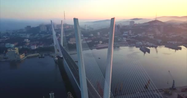 Letecký pohled na zlatý mostu přes zátoku Zlatý roh. Vladivostok, Rusko
