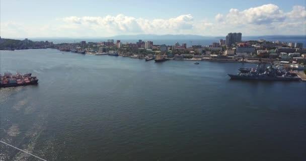 Letecký pohled na centrum Vladivostok, létající pozpátku nad Golden Bridge. Rusko