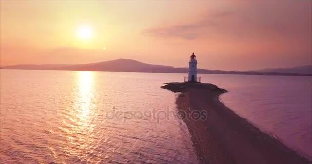 Flug über sandigem Weg zum Tokarevsky-Leuchtturm bei Sonnenaufgang und seiner Luftaufnahme