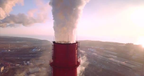 Letecký pohled na ústřední topení a elektrárny komíny s párou. Východ slunce