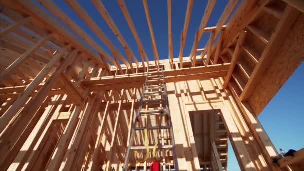 Rohbau Haus Innenraum mit Holzbalken des Daches und Wände mit blauem Himmel auf dem Hintergrund