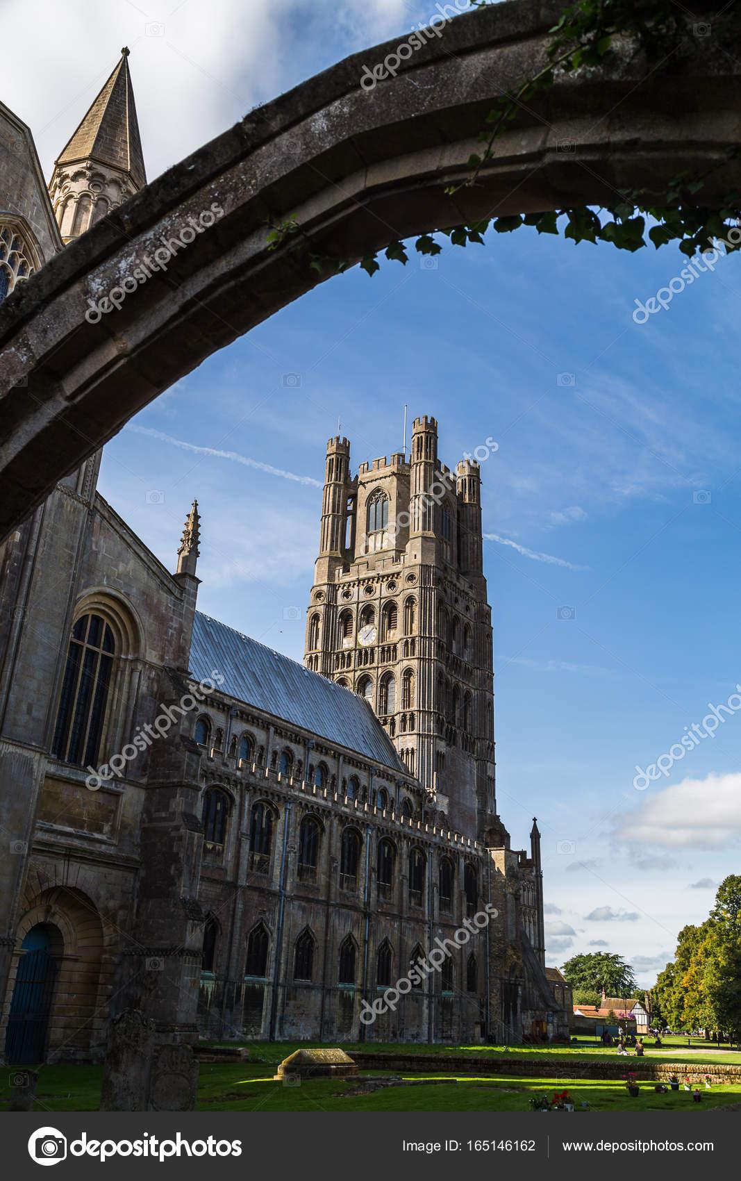 Ely Kathedrale durch einen Torbogen — Stockfoto © wellsie82 #165146162
