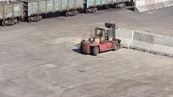 rakodó munka a kikötői horgonyzóhelyen betontömböket mozgat, hogy ömlesztett rakományhatárokat képezzen